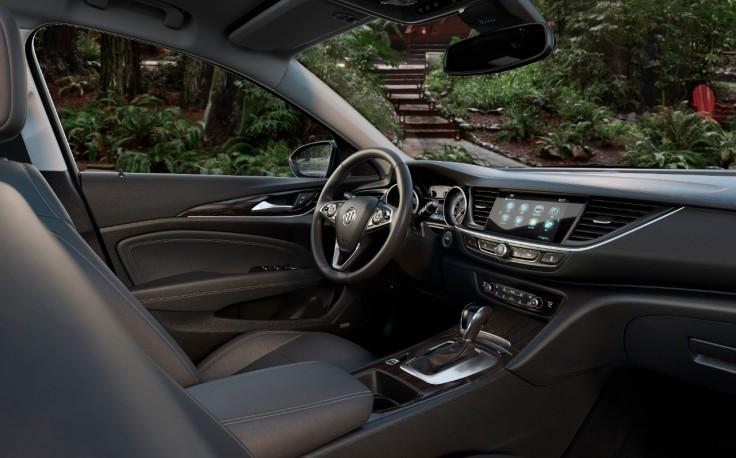 2018-Buick-Regal-TourX-011